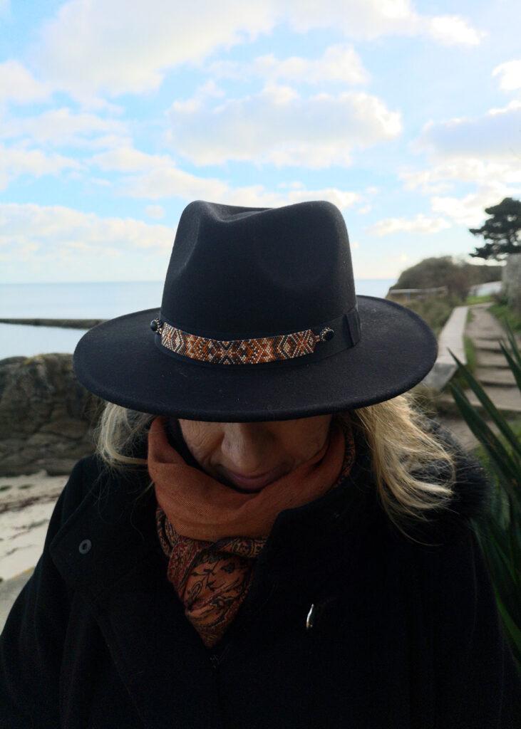 customiser un chapeau avec un tissage de perles